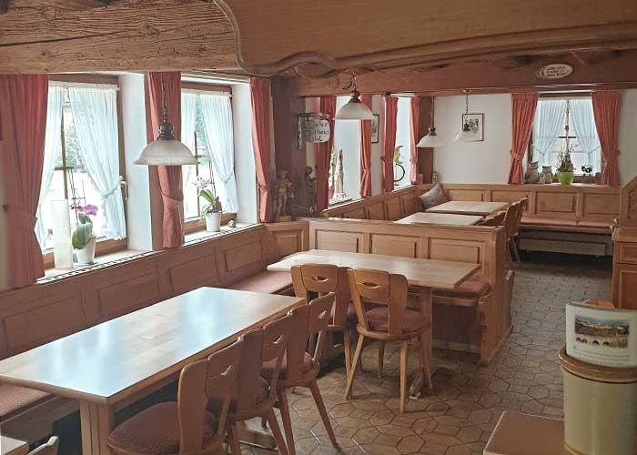 Unsere urigen Gaststube mit 45 Sitzplätzen und rustikaler Einrichtung
